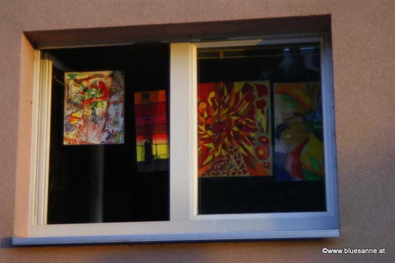 Bluesanne-Kunst im Fenster zum Hof